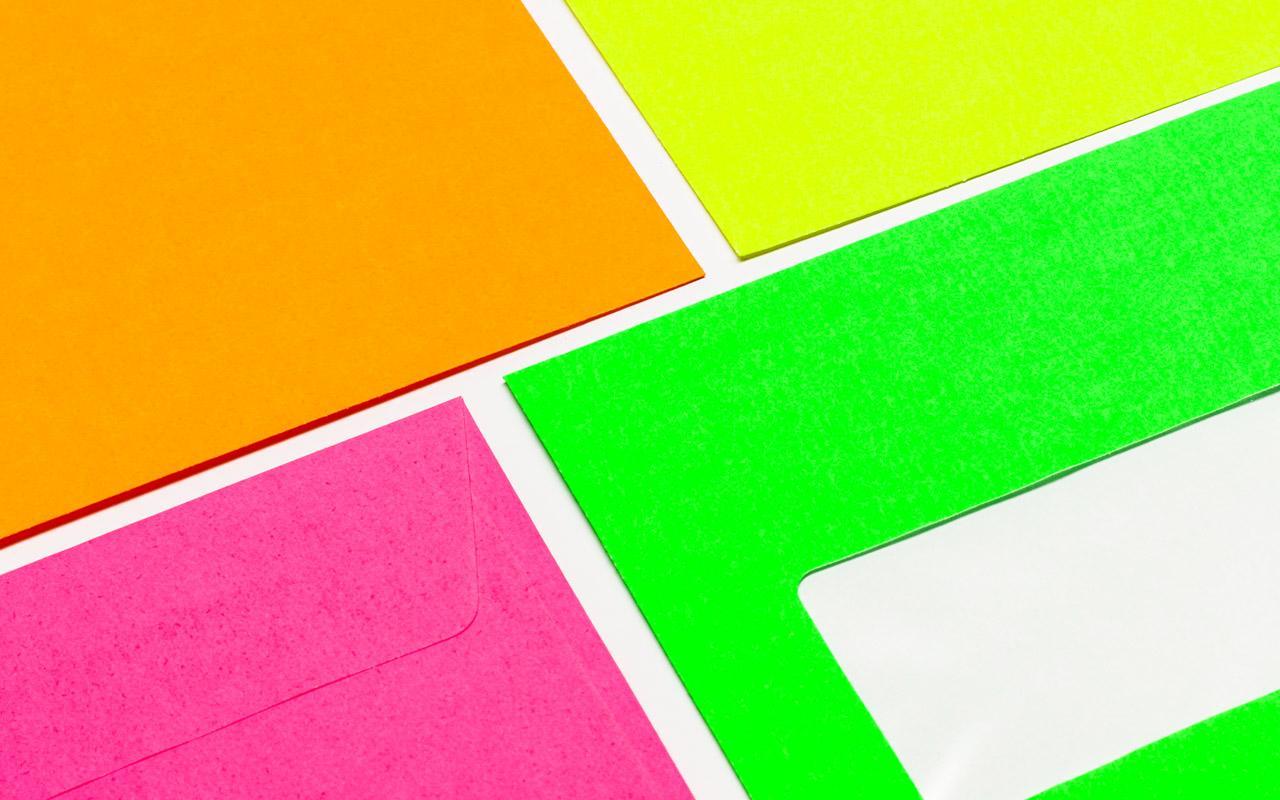 neonfarbene Briefumschläge